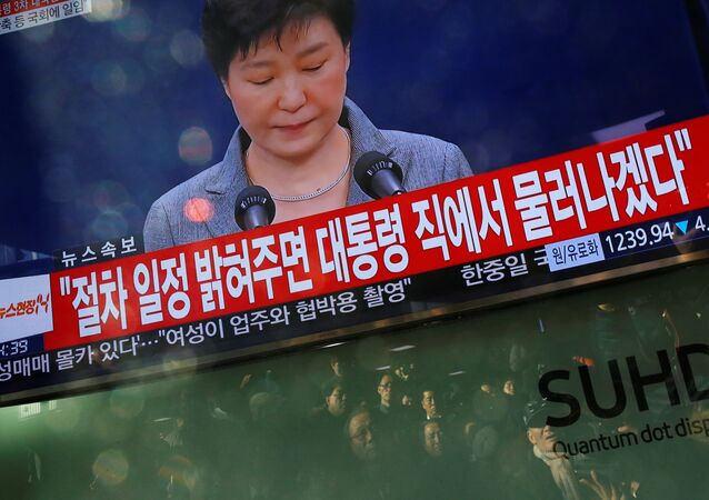 People watch a television broadcast of a news report on President Park Geun-hye releasing a statement to the public in Seoul, South Korea, November 29, 2016.