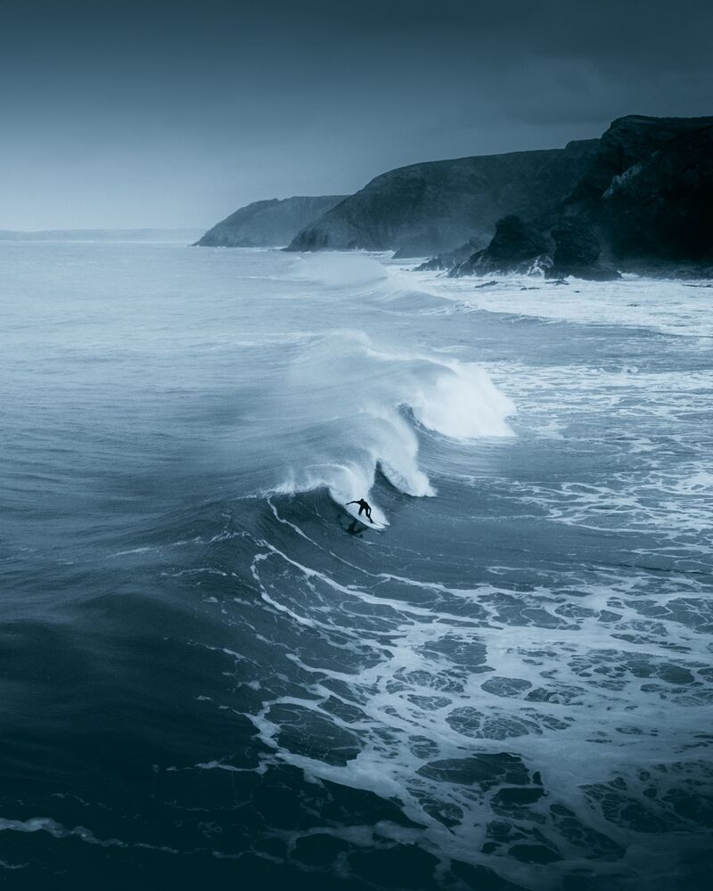#Water2020ファイナリスト 英国出身の写真家の作品「A lone surfer braving the winter cold on the Cornish North Coast」